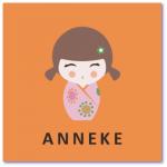 geboortekaart kokeshi met de naam anneke. Dit gelukspoppetje symboliseert de geboorte van jullie dochter