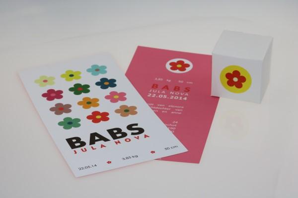 Unieke geboortekaartjes met bloemetjes, veel gekleurde bloemen in een strak patroon op deze originele geboortekaart